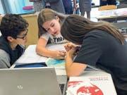 Schülerinnen und Schüler aus dem Schulhaus Leutschenbach, Zürich, arbeiten mit dem neuen Atlas. (Bild: PD)