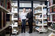 Die Bibliothek im Zentrum Ruopigen soll gemäss Sparpaket der Stadt geschlossen werden. Grossstadträtin Luzia Mumenthaler und der Präsident des Quartiervereins Fabrizio Laneve setzen sich für den Erhalt der Bibliothek ein. (Bild: Manuela Jans/Neue LZ)