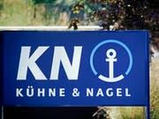 Der Logistikkonzern Kühne+Nagel konnte den Reingewinn im ersten Halbjahr verbessern - trotz starkem Franken. (Archiv) (Bild: KEYSTONE/MARTIN RUETSCHI)