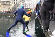 Sprung von der Seebrücke in die Reuss. (Bild: Videostill rem)