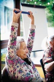 Eine ältere Frau in einem Alters- und Pflegeheim macht Gymnastikübungen, um damit das Demenzrisiko senken zu können. (Bild: Amélie Benoist/Getty)