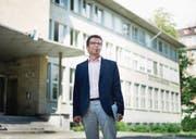 Rudolf Mumenthaler vor der Zentral- und Hochschulbibliothek Luzern. (Bild: Corinne Glanzmann (Luzern, 4. August 2017))