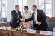 Im Sarner Kantonsratssaal wurde gestern der Vertrag unterschrieben und mit Handschlag besiegelt (von links): die Gesundheitsdirektoren Guido Graf (LU), Yvonne von Deschwanden (NW) und Hans Wallimann (OW). (Bild Pius Amrein)