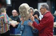 Bernadette und Andreas Bucher aus Rothenburg am Maskenbastelkurs im Spielleute-Pavillon. (Bild: Corinne Glanzmann (Luzern, 22.Januar 2018))