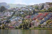 Im Kanton Schwyz, wie hier in Bäch, setzen die Käufer von Immobilien vorwiegend auf Eigentumswohnungen. (Bild: Keystone/Geatan Baly)