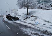 Auf der Schädrütistrasse in der Stadt Luzern landete ein Auto auf dem Dach.