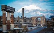 Ein höchst seltenes Schauspiel: Auch der Vesuv nahe Neapel war gestern schneebedeckt. (Bild: Cesare Abbate/EPA)