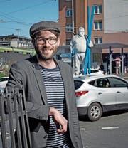 Martin Wyss (32) vor der Arbeiterstatue des Kreuzstutz-Kreisels. (Bild: Corinne Glanzmann (Luzern, 7. April 2017))
