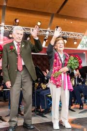 Die Rosenkönigin ü80 Agnes Murer und der Rosenprinz Paul Arnold. (Bild: Roger Grütter, Weggis, 2. Juli 2017)
