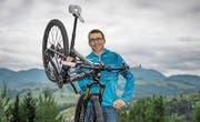 André Hager (48) bei sich zu Hause – drei Tage vor dem Start der Grenztour um den Kanton Luzern. (Bild: Pius Amrein (Schachen, 27. Juli 2016))
