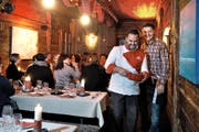 Patrick Widmer (rechts) und Koch Filipe da Silva in ihrem stimmungsvollen Fondue-Stübli im ehemaligen Ebikoner Spritzenhäuschen. (Bild Nadia Schärli)
