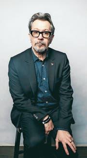 Gary Oldman trägt fast jeden Tag eine andere Brille. Und spielt grossartige Bösewichte. (Bilder: Rich Fury/Getty, PD)