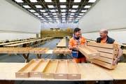 Mitarbeiter richten eine Zuger Sporthalle für die Stimmenzählung ein. (Bild: Stefan Kaiser / Neue ZZ)