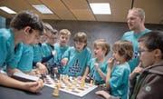Rätseln wie bei den «Drei Fragezeichen»: Kinder suchen im Schachraum des MS-Sportcamps in Zug den Weg zum Matt (stehend Schachtrainer Peter Hug). (Bild: Pius Amrein)