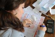 Ausfüllen der Steuererklärung. (Bild: Boris Bürgisser/Neue LZ)