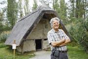 Max Zurbuchen von der Steinzeitwerkstatt weiss die Besucher mit der Geschichte der Pfahlbauten zu fesseln.