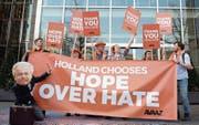 «Holland wählt Hoffnung statt Hass», freuen sich diese Demonstranten in Den Haag. (Bild: Daniel Reinhardt/DPA (16. März 2017))
