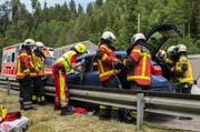 Pioniere der Feuerwehr setzen hydraulishce Rettungsgeräte ein. (Bild: PD / FFZ)