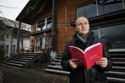 Hat den Ärger dokumentiert und niedergeschrieben: Hanspeter Durrer vor seinem Haus in Wilen. (Bild: Corinne Glanzmann / Neue OZ)