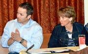 Gemeindepräsidentin Karin Kayser und Bauchef Anton Zimmermann erbitten von den Anwohnern des Wanderweges (Bild links) Lösungsvorschläge. (Bilder PD/Romano Cuonz)