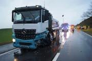 Der Lastwagen wurde bei der Kollision stark beschädigt. (Bild: Zuger Polizei (Menzingen, 22. Januar 2018))