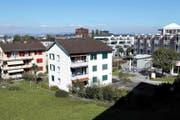 Auf dem Gebiet im Vordergrund soll als Erweiterung zum Alterszentrum Dreilinden (rechts im Bild) ein Neubau der Gemeinde Risch Immobilien AG errichtet werden. (Bild Werner Schelbert)
