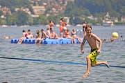 So schön war der Sommer. Auch Tobias genoss ihn in der Tribschenbadi in Luzern. (Bild: Philipp Schmidli)