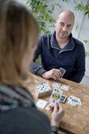 Ein Erfinder am Werk: Gregor Moser (36) spielt bei sich zu Hause in Schenkon eine Partie «Rhombus». (Bild Pius Amrein)