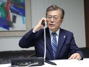 Südkoreas Präsident Moon Jae am Apparat: Die Telefonleitung zwischen Nord- und Südkorea soll wieder geöffnet werden. (Archivbild) (Bild: KEYSTONE/EPA YNA/YONHAP)