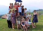 Die 14 Schüler mit ihrer Lehrerin Marta Infanger (rechts) sowie Bertha Britschgi und Hanny Durrer (v.l.). (Bild Bea Zai/Neue OZ)
