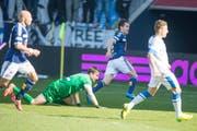 Dimitar Rangelov (2. von rechts) hat soeben den entscheidenden Treffer für den FCL beim Sieg über den FC Zürich erzielt. (Bild: Keystone / Sigi Tischler)