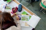Eine Surseer Schülerin im Englischunterricht. (Bild: Boris Bürgisser / Neue LZ)