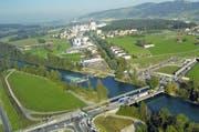 Der ideale Standort für eine künstliche Welle wäre das Gebiet um die Reussbrücke beim neuen Autobahnanschluss in Buchrain. (Bild: René Meier / Luzernerzeitung.ch)