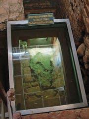 Ein Stein im Inneren markiert die Stelle, an welcher der Religionsgründer Siddhartha Gautama geboren worden sein soll. (Bild: Andreas Faessler (November 2007))