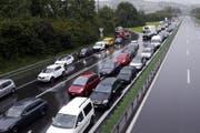 Fahrzeug reiht sich an Fahrzeug. (Bild: Werner Schelbert/ZZ, 24. August 2017)