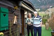 Sie haben den Campingplatz Thorbach in Flühli zu ihrem Zuhause gemacht: Fritz (76) und Uschi Kobel (74) leben seit acht Jahren in ihrem Mobilheim. (Bild Manuela Jans-Koch)
