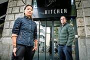 Die ehemaligen Angestellten Nini Vu und Guido van Hoof vor dem Lokal The Kitchen. Bild: Philipp Schmidli (Luzern, 20. September 2016)
