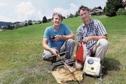 Felix (links) und Reto Speerli mit der Ausrüstung für die «Weltraummission». (Bild: Werner Schelbert (Oberägeri, 23. Juni 2017))