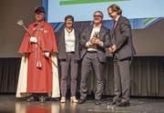 Claude Guggiari (Zweiter von rechts) wurde der «Champion» in der Kategorie Wirtschaft verliehen. (Bild: Patrick Hürlimann (17. Mai 2017))