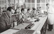 Arbeiter in der Montageabteilung im Jahr 1946. (Bild: Archiv für Zeitgeschichte (ETH Zürich)/Verein Industriepfad Lorze)