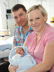 Familienglück unter besonderen Umständen: Julia und David Gartenbach mit Baby Pino im Kantonsspital Sursee. (Bild Schweizer Paraplegiker-Stiftung)