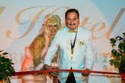 Die neuen «Europe-Sechs-Sterne»-Besitzer, Gisela und Ruedi, eröffnen ihr Hotel. (Bild: Heinz Steimann)