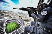 Bewaffnete Grenadiere in einem Armeehelikopter während einer Notfallübung vom Mai. Das Bild entstand über dem Stadion Parc des Princes in Paris. (Bild: Freshfocus/Franck Seguin)