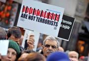 Türkische Journalisten forderten am Samstag in Istanbul die Freilassung ihrer Kollegen. (Bild: AP/Omer Kuscu)
