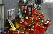 Kerzen am Tatort in Kriens. (Bild Chris Iseli/Neue LZ)