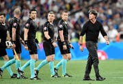 Joachim Löw (rechts), der Coach des deutschen Nationalteams, verlässt nach verlorenem Halbfinalspiel das Feld. (Bild: AP/Martin Meissner)