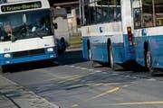 In Kriens sollen Busse künftig vermehrt auf der Strasse statt in Busbuchten halten - so wie es an der Bushaltestelle Stampfeli im Obernau bereits heute der Fall ist. (Bild: Pius Amrein / Neue LZ)