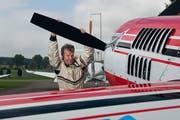 Der Trienger Flugfeldbetreiber Bruno Müller startet seine Kunstflugmaschine. (Archivbild Roger Grütter/Neue LZ)