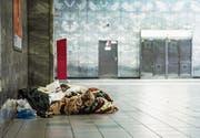 Habseligkeiten eines Obdachlosen in einer Brüsseler Metrostation. Die Zahl der Wohnungslosen in der belgischen Hauptstadt wächst. (Bild: Imago (März 2016))