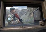 Ein afghanischer Soldat steht an einem Checkpoint ausserhalb der Hauptstadt Kabul Wache. (Bild: Jawad Jalali/EPA (Kabul, 22. April 2017))